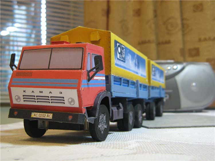 Камаз 5320, модель из бумаги, музей на столе