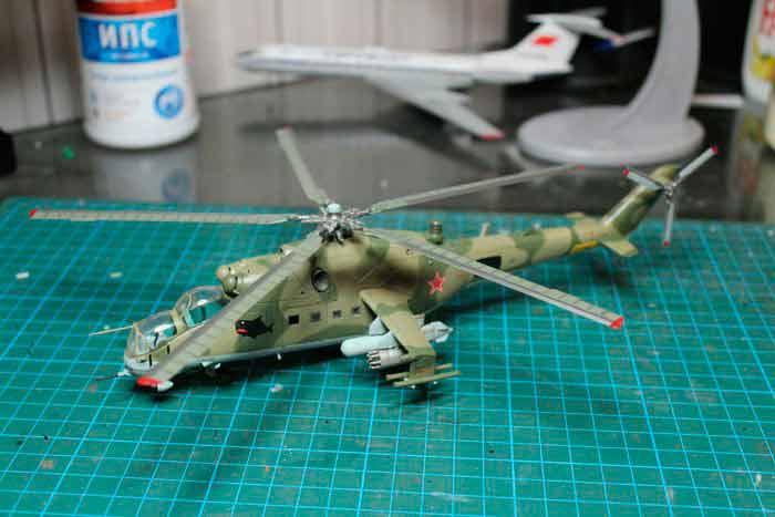 Вертолёт МИ-24, модель из бумаги, музей на столе