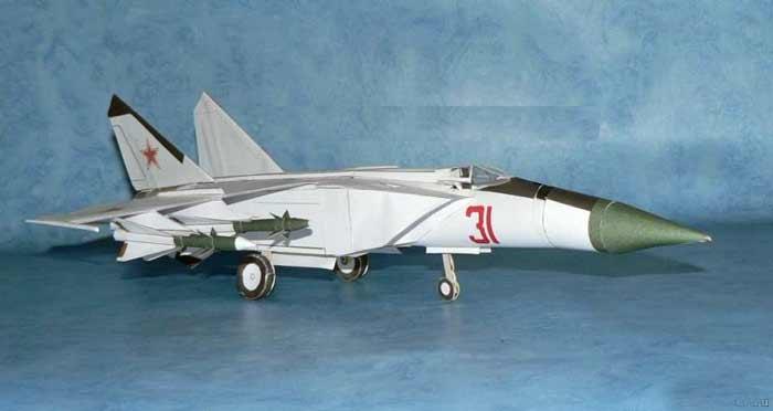 Самолёт Миг-25, модель из бумаги, музей на столе