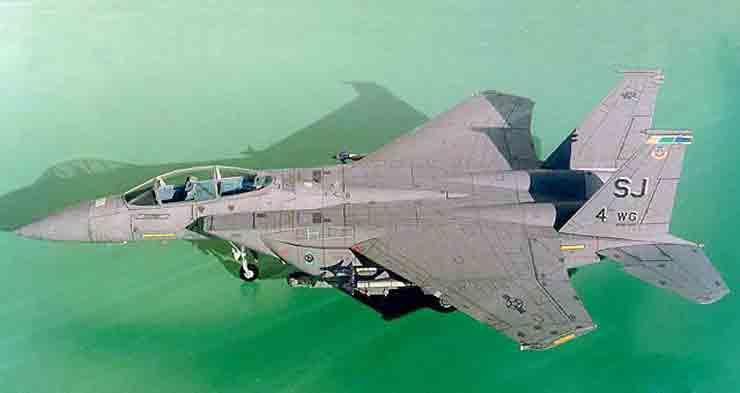 Самолет F-1S «Игл» («Орел»), модель из бумаги, музей на столе