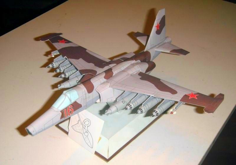 Самолёт СУ-25, модель из бумаги, музей на столе
