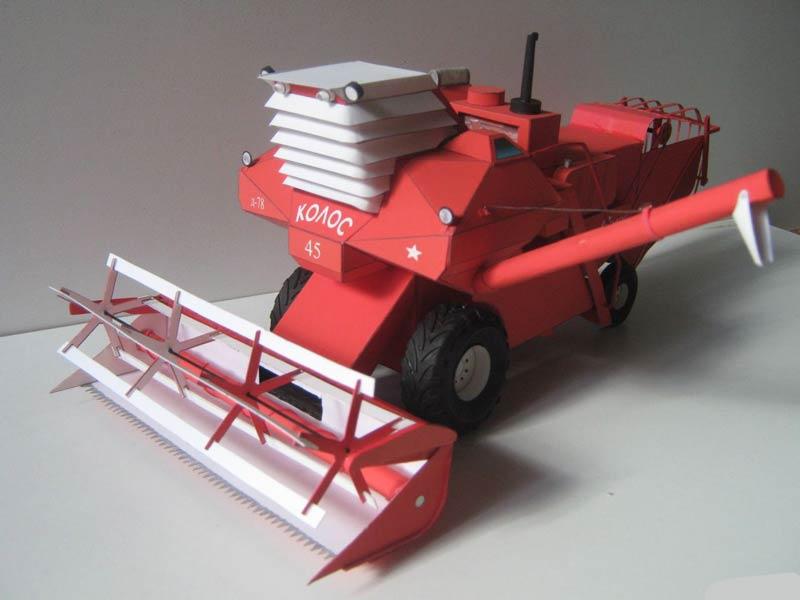 Комбайн «КОЛОС» СК-6, модель из бумаги, музей на столе
