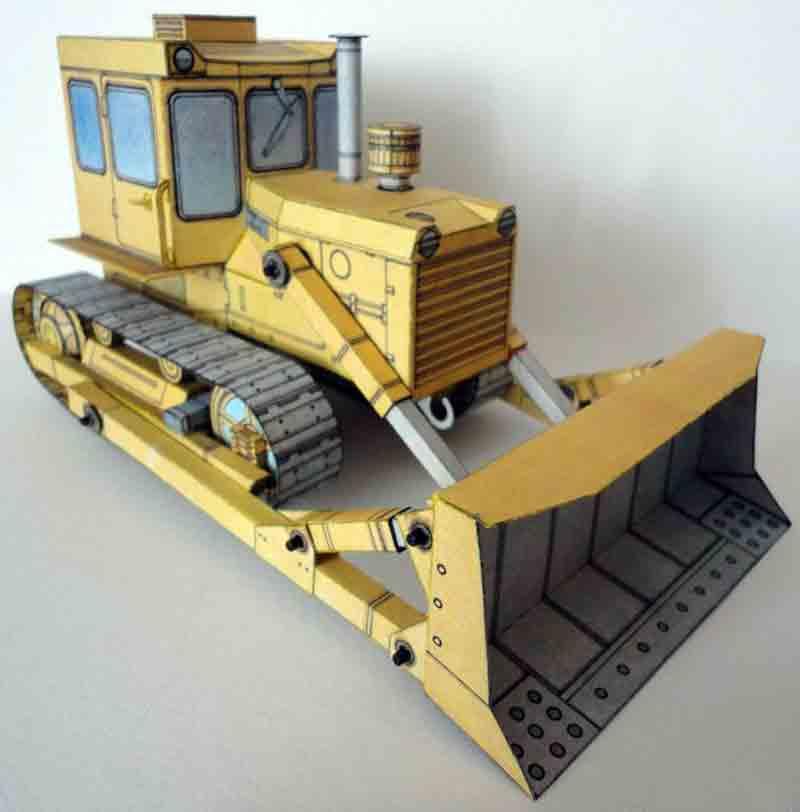 Бульдозер Т-100, модель из бумаги, музей на столе