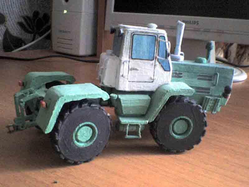 Трактор Т-150К, модель из бумаги, музей на столе