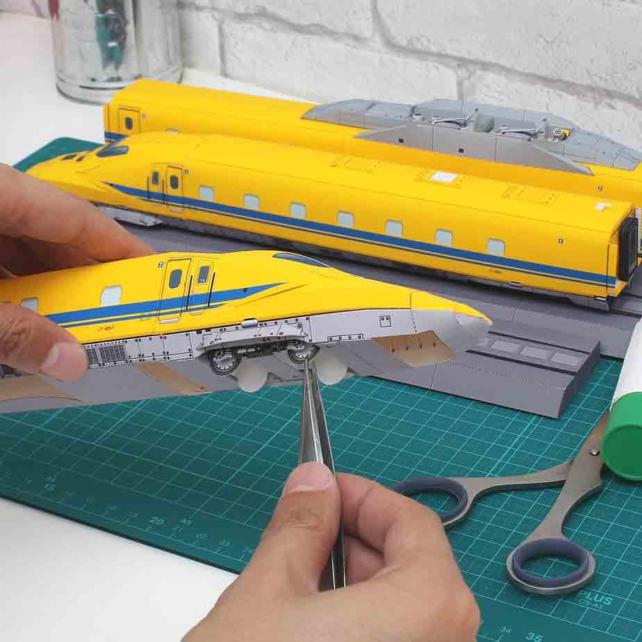 Поезд Doctor Yellow Class 923, музей на столе, модель из бумаги