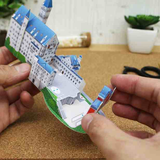 Замок Нойшванштайн, Германия Миниатюра. модель из бумаги, музей на столе