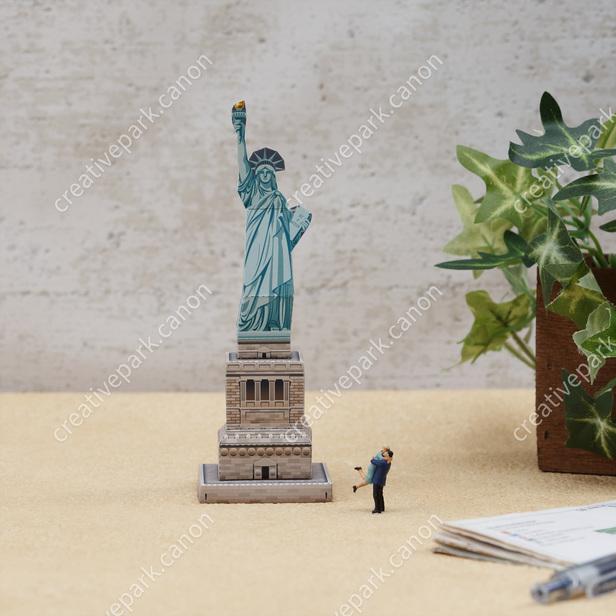 Статуя Свободы, США , модель из бумаги, музей на столе